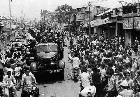 Người dân vây quanh quân giải phóng