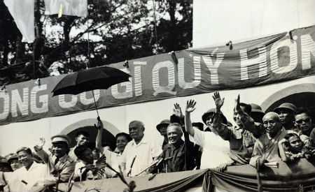 Chủ tịch Tôn Đức Thắng và các đồng chí lãnh đạo Đảng, Nhà nước trên lễ đài