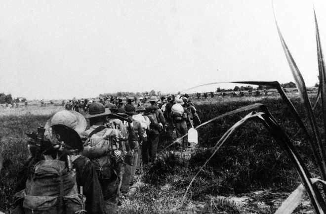 Trung đoàn 201 hành quân qua vùng Đồng Tháp Mười.