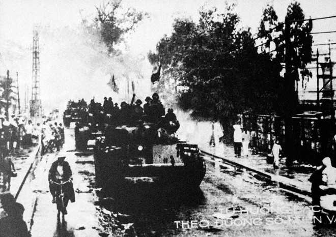 Quân đoàn 1 theo đường 1 tiến vào Sài Gòn từ hướng Bắc. Do phải hành quân gấp từ miền Bắc vào bằng mọi phương tiện thuỷ, bộ và đường không nên quân đoàn 1 bắt đầu tấn công chậm một ngày so với các đơn vị khác.