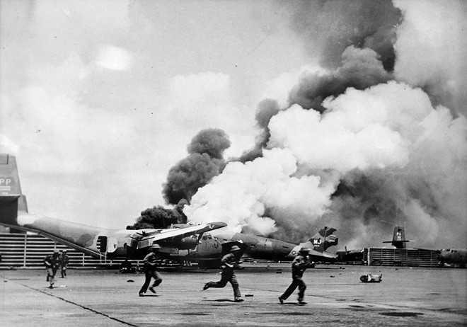 5h30 sáng 30/4, Sư đoàn 10 và hai đại đội xe tăng của Trung đoàn thiết giáp 273 tấn công sân bay Tân Sơn Nhất