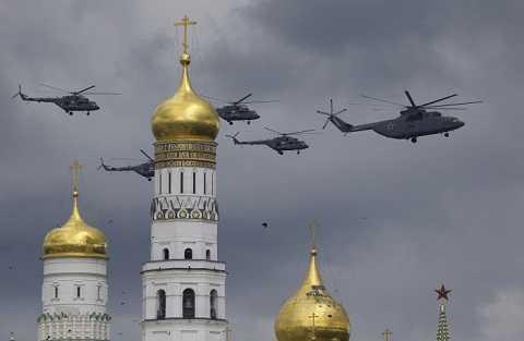 Trực thăng quân sự của Nga xuất hiện tên nóc Tháp chuông Ivan Đại đế và điện Kremlin.