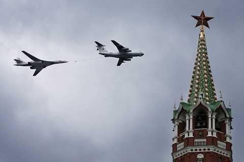 Máy bay ném bom chiến lược hạng nặng Tupolev Tu 160 và máy bay vận tải hạng nặng Il-76 bay trên điện Kremlin