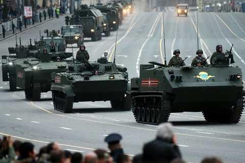 Các đoàn xe thiết giáp cũng đang nối đuôi nhau tiến về thủ đô nước Nga