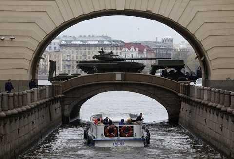 Xe tăng T-72 diễu hành qua bảo tàng Hermitage