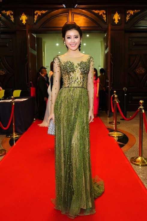 Xuất hiện trên thảm đỏ đêm Chung kết Hoa hậu Hoàn vũ tại Nha Trang, cô thu hút mọi ánh nhìn với chiếc đầm trong suốt được đính kết cầu kỳ.