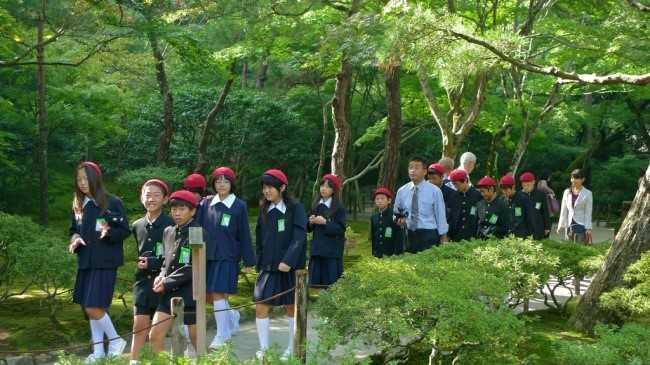 Môn Quan sát môi trường tự nhiên trong chương trình giáo dục của Nhật Bản là một ví dụ. Mục đích của môn học là dạy trẻ đánh giá khía cạnh thẩm mỹ của môi trường tự nhiên. Trong bối cảnh trẻ em hiện đại thường dành quá nhiều thời gian cho các thiết bị điện tử, môn học này càng trở nên cần thiết. Nó thường diễn ra khi học sinh mới nhận lớp hoặc thậm chí, trong kỳ thi cuối năm, theo Bright Shide.