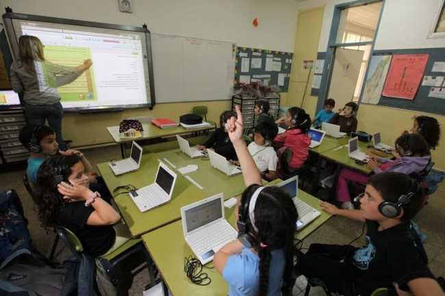"""An ninh mạng: Ý thức được sự cần thiết của an ninh mạng trong bối cảnh Internet ảnh hưởng sâu rộng tới cuộc sống toàn cầu, nhiều trường tại Israel đã giới thiệu môn học có tên Lý thuyết và Thực hành An ninh mạng. Theo đó, trẻ em được học cách ứng xử trong không gian mạng như trả lời những bình luận trên mạng <a href='http://vtc.vn/xa-hoi.2.0.html' >xã hội</a>, blog; ý thức rõ hậu quả khi """"nghiện"""" các trò chơi điện tử…"""
