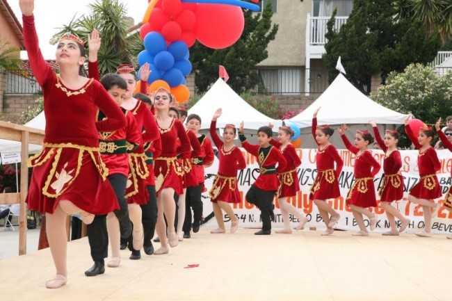 Múa dân vũ: Mỗi người Armenia luôn tự hào về nền văn hóa với hơn 1.500 điệu múa dân tộc của họ. Đó là lý do năm 2013, chính quyền nước này quyết định đưa múa dân vũ thành môn học bắt buộc trong chương trình giáo dục.