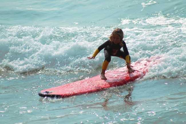Lướt sóng:Người Australia nổi tiếng với những bậc thầy về lướt sóng. Bởi thế, để chắc chắn rằng không người ngoại quốc nào có thể vượt trội hơn, họ đã triển khai môn thể thao hấp dẫn nhất này như một phần của chương trình giảng dạy. Những bài học tương tự cũng được giới thiệu tại quần đảo Hawaii.