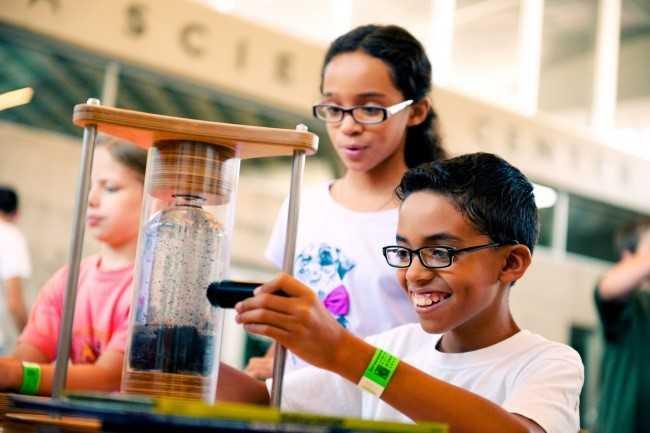 Khám phá khoa học:Sau khi kết thúc khóa học về lý thuyết, trẻ em tại Mỹ sẽ thực hiện bài tập về nhà cuối cùng. Đó là phát minh ra một thứ gì đó. Thời gian làm bài tập kéo dài trong suốt năm học tiếp theo. Các học sinh sẽ phải thuyết trình trình về sản phẩm của mình trước giáo viên và bạn cùng lớp. Sau đó, hội đồng giám khảo sẽ thảo luận, đánh giá về độ thành công và khả năng ứng dụng vào thực tiễn của mỗi nhà phát minh nhí. Giải thưởng dành cho người xứng đáng nhất sẽ được trao vào cuối cấp