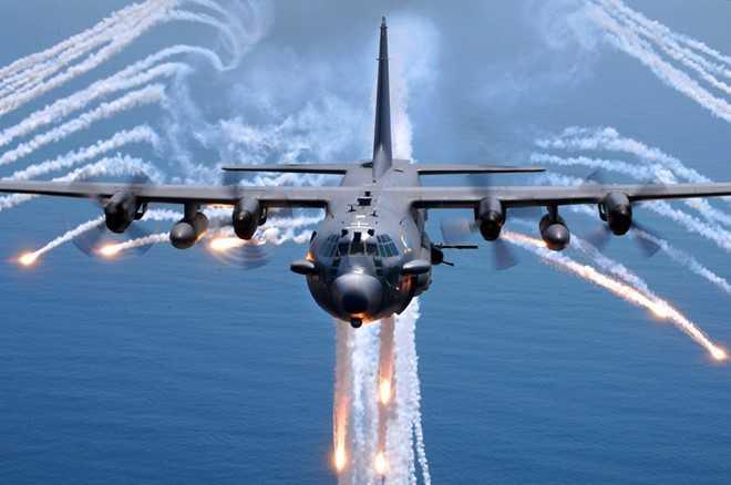 Phiên bản AC-130 Gunship bắn pháo sáng trong một nhiệm vụ huấn luyện