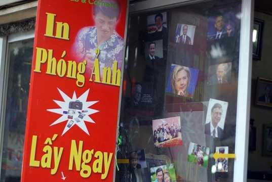 Một hiệu ảnh trên phố Đại La (quận Hai Bà Trưng, HN) nhanh nhạy trưng poster quảng cáo dịch vụ rửa ảnh lấy ngay, với hình chân dung ông Obama như thể ông là khách ruột của nơi này.