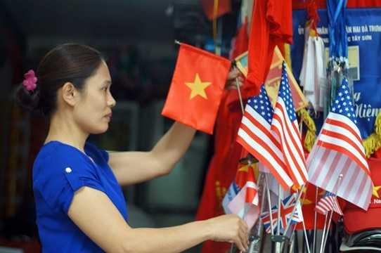 Ngoài ảnh ông Obama, Quốc kỳ, sticker cờ Mỹ được bày bán rất nhiều. Ảnh: Vietnamnet
