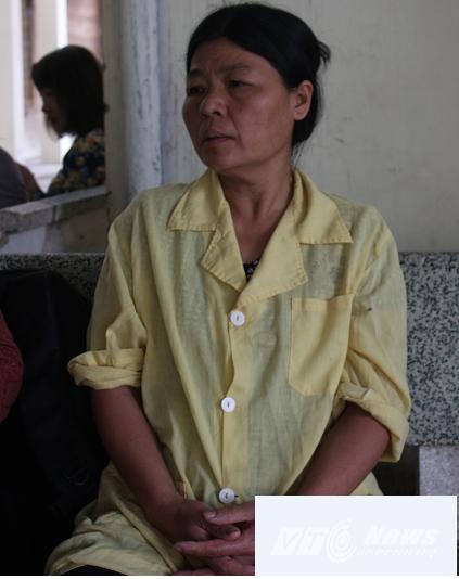 Bà Tho, mẹ chị lệ nghẹn ngào cho biết hơn một tháng nay chị lệ nằm viện đứa con gái 7 tháng tuổi của chị không được một giọt sữa nào từ mẹ