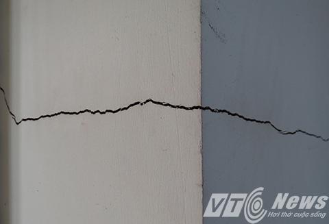 Hàng loạt ngôi nhà mặt đường xảy ra tình trạng lún nứt tường, trần nhà