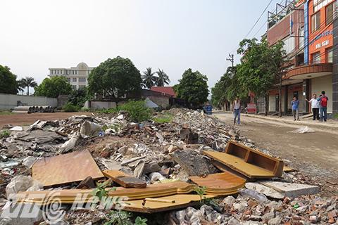 Lề đường làm nơi đổ rác thải sinh hoạt và xây dựng của người dân