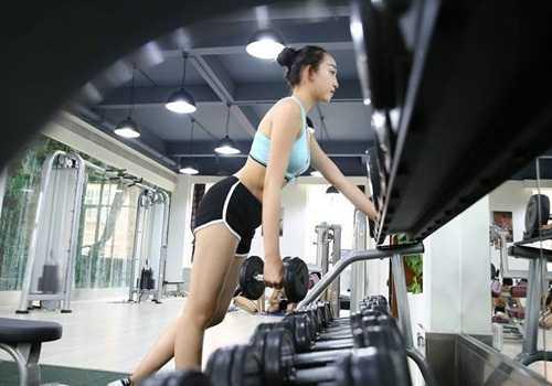 Vẻ gợi cảm của nữ sinh hàng không trong phòng tập gym