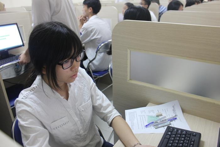 hàng chục nghìn thí sinh đầu tiên thi đại học năm 2016 đã đến các địa điểm thi của ĐH Quốc gia Hà Nội để dự thi. Đây là ca thi đầu tiên đợt 1 kỳ thi đánh giá năng lực. Thời gian làm bài là 195 phút với 140 câu hỏi trắc nghiệm nên nhiều thí sinh tâm trạng rất hồi hộp.
