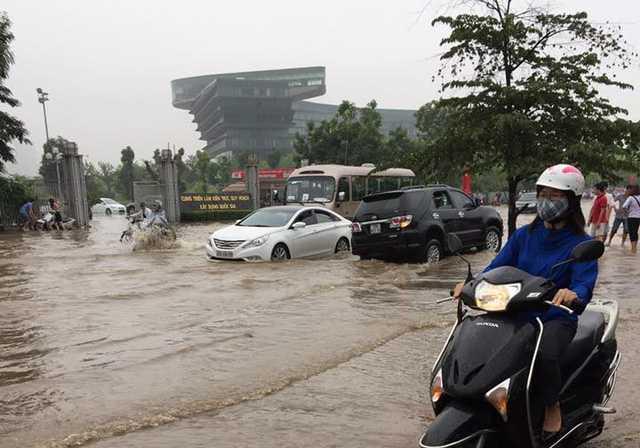 Đường Đỗ Đực Dục tại nơi gần khách sạn hôm qua TTBarack Obama ở ngập sâu trong nước sau trận mưa lớn vào tối qua Ảnh Dân Trí.