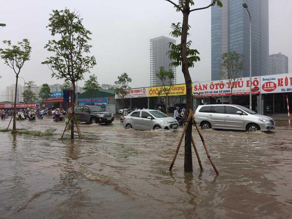 Hàng trăm chiếc <a href='http://vtc.vn/oto-xe-may.31.0.html' >ô tô</a> bì bõm dưới dòng nước lớn ảnh: Quang Minh.