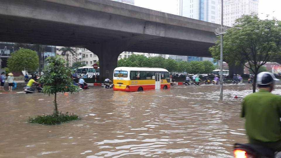 Hàng trăm phương tiện giao thông vẫn đang bì bõm di chuyển tại khu Keangnam. Ảnh otofun.