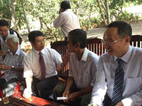 Ông Nén bàn bạc với các luật sư về buổi thương lượng với TAND Bình Thuận