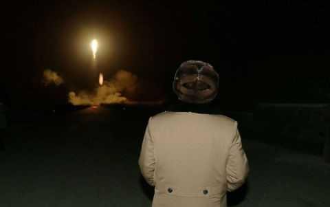 Ông Kim Jong-un thị sát một vụ phóng tên lửa của Triều Tiên