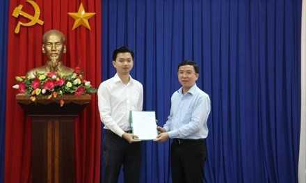 Ông Đặng Quốc Toàn - Bí thư Ban Chấp hành Trung ương Đoàn trao quyết định tiếp nhận và bổ nhiệm ông Nguyễn Minh Triết - Bí thư Tỉnh đoàn Bình Định.