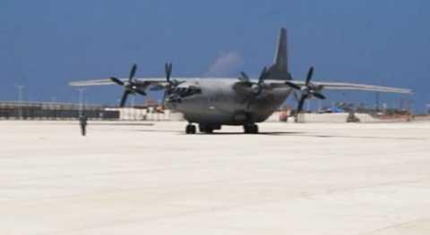 Máy bay quân sự Trung Quốc hạ cánh xuống đường băng trên đá Chữ Thập. Ảnh: CCTV