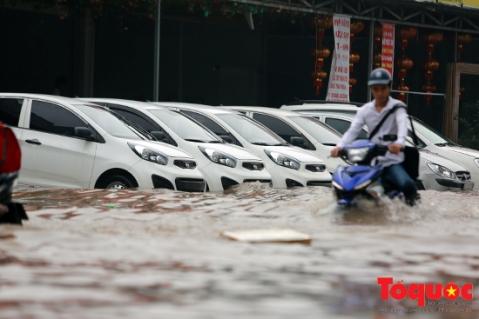 Trận mưa lớn khiến nhiều tuyến đường của Hà Nội trở thành sông