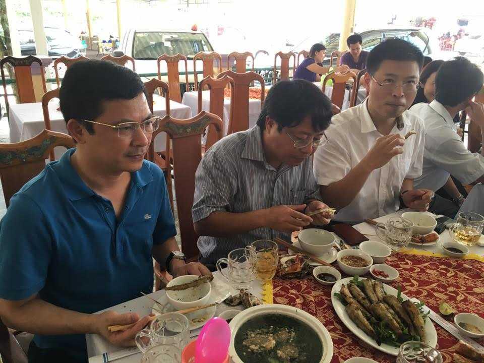 Phó chủ tịch UBND tỉnh Hà Tĩnh Dương Tất Thắng (giữa) cùng Giám đốc Sở Y tế tiếp đoàn khách Bộ Y tế tại bãi biển Thiên Cầm