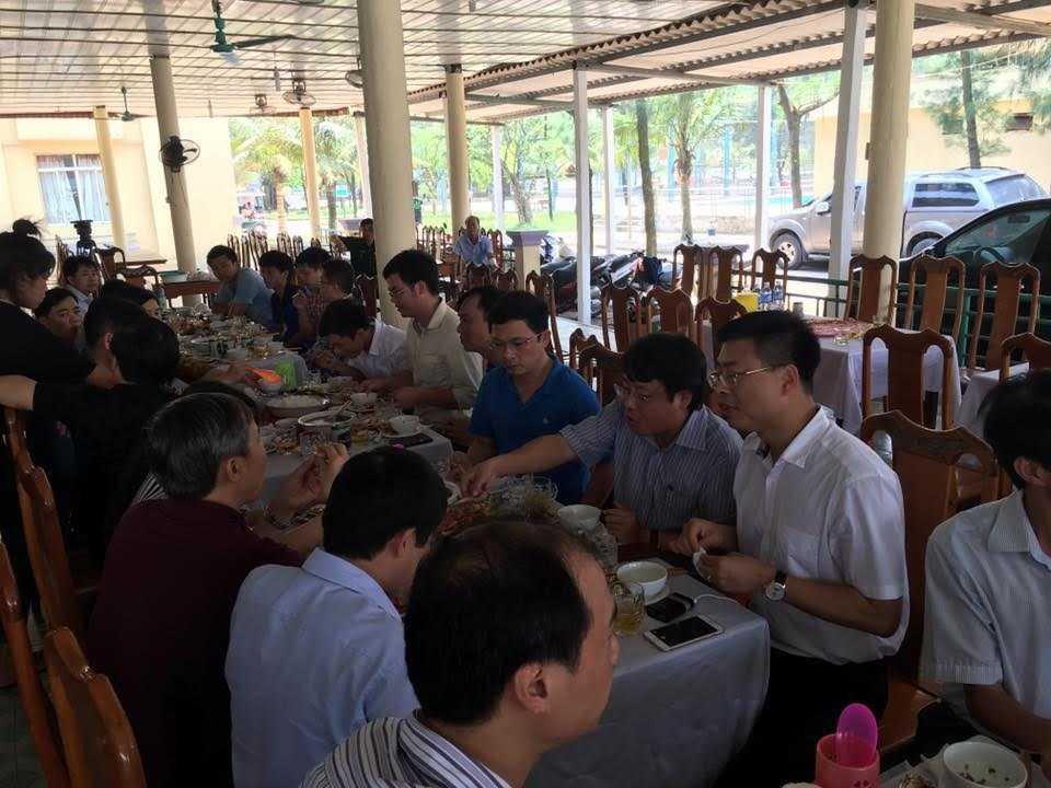 Bữa trưa của đoàn khách Bộ Y tế và lãnh đạo tỉnh Hà Tĩnh, Sở Y tế chủ yếu là hải sản
