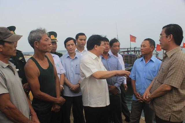 Phó thủ tướng Trịnh Đình Dũng chia sẻ, động viên bà con ngư dân (ảnh: Dân trí)