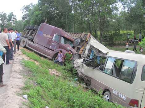Nhiều vụ tai nạn nghiêm trọng liên quan đến xe khách vẫn xảy ra. Ảnh: Xe khách đấu đầu <a href='http://vtc.vn/oto-xe-may.31.0.html' >xe co</a>ntainer ở Huế. Ảnh: VIẾT LONG