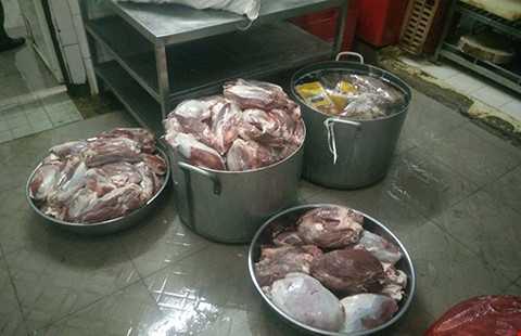 hịt trâu nhập khẩu đã rã đông bị phát hiện tại cơ sở ông Nguyễn Văn S. (quận 5, TP.HCM). Thịt này sau đó được rã đông và bán cho khách với giá thịt tươi.