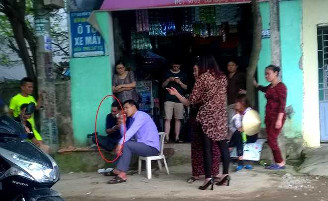 Lê Ngọc Duẩn (vòng tròn đỏ) được người dân, tiểu thương vây quanh hỏi thăm, động viên. Ảnh: Quỳnh An.