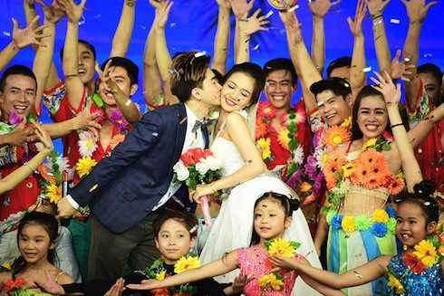 Chi Dân chọn ba bài hát Một tình yêu, Yêu em dài lâu, Lời yêu thương của Đức Huy để làm thành một liên khúc sôi động.