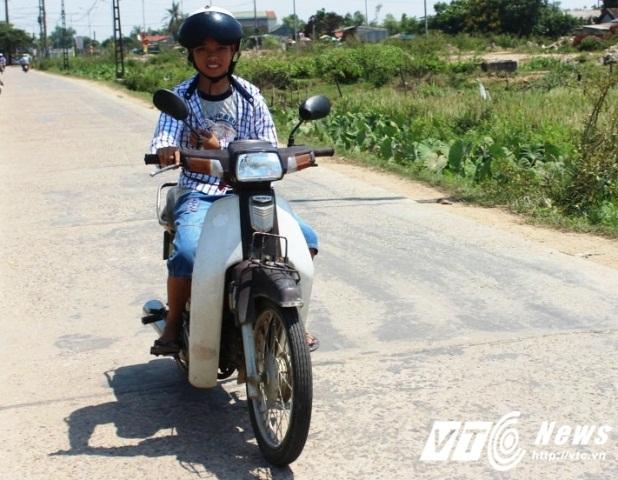 Nhiều cậu nhóc ở Huế mặt còn búng ra sữa nhưng đã chễm chệ trên xe máy để tham gia giao thông.