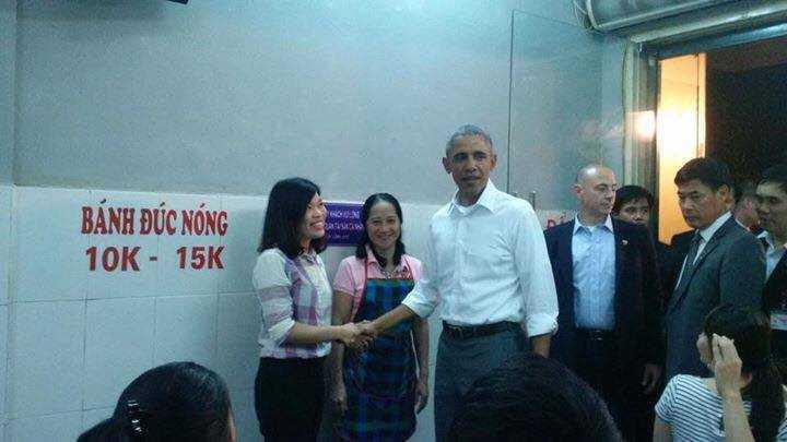 Ông Obama xuất hiện tại quán bún chả Hương Liên trong bộ trang phục giản dị (Ảnh: Facebook)