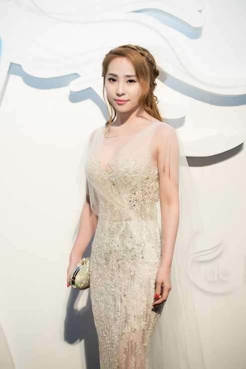 Là một hot girl nổi tiếng ở Hà Nội, từng đoạt giải Miss Auditon, Quỳnh Nga gây chú ý khi tham gia phim Lập trình cho trái tim.