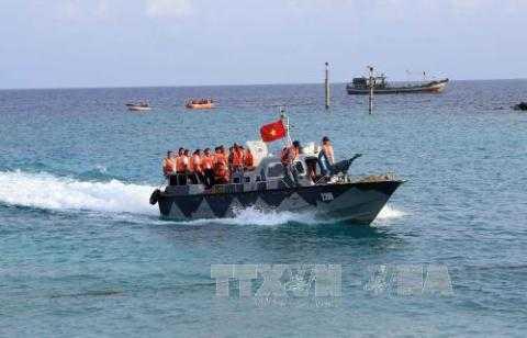 Ca nô đưa cán bộ, chiến sỹ làm nhiệm vụ trên biển vào đảo Song Tử Tây để bỏ phiếu bầu cử sớm đại biểu Quốc hội khoá XIV và đại biểu HĐND các cấp sáng 15/5 . Ảnh: Trần Lê Lâm - TTXVN