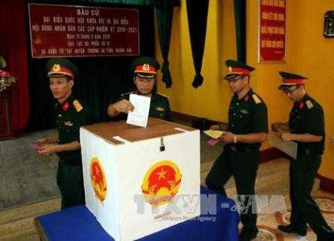 Các chiến sỹ đang làm nhiệm vụ trên vùng biển đảo, thuộc quần đảo Trường Sa vào bỏ phiếu bầu cử sớm tại khu vực bỏ phiếu số 1, xã đảo Song Tử Tây, huyện Trường Sa, tỉnh Khánh Hòa, sáng 15/5. Ảnh: Trần Lê Lâm - TTXVN