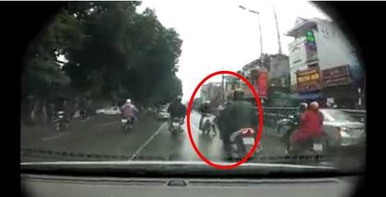 Người đàn ông đi ngược chiều (trong dấu đỏ) đã tông thẳng vào người đàn ông đi xe trắng đối diện (Ảnh chụp màn hình)