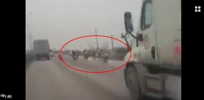 Xe máy lũ lượt đi ngược chiều trên QL 5 (ảnh chụp màn hình video)
