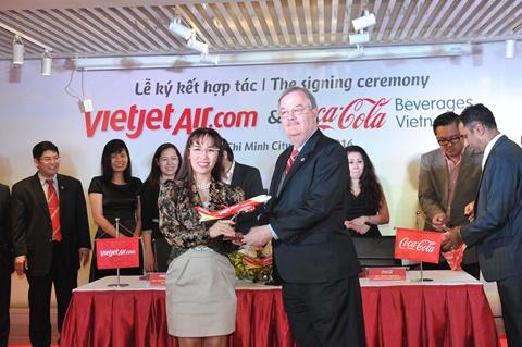 Ông Herb Cochran, Giám đốc Điều hành Hiệp Hội thương mại Hoa Kỳ (AmCham) nhận quà lưu niệm của Vietjet tại Lễ ký kết