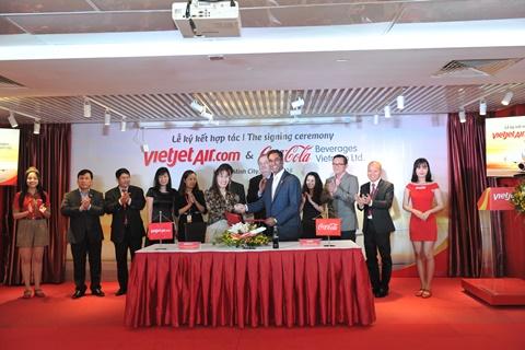 Tổng giám đốc Vietjet, bà Nguyễn Thị Phương Thảo và Tổng Giám Đốc Coca-Cola Toàn Vùng Đông Dương và Myanmar, ông Vamsi Mohan ký kết biên bản hợp tác