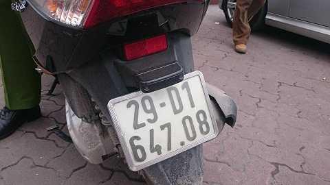 Chiếc xe máy của nạn nhân được đưa về trụ sở công an để làm rõ vụ việc