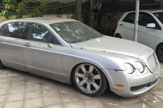 Vừa qua, sự xuất hiện của chiếc siêu xe sang Bentley Continental Flying Spur tại Hà Nội bỏ không ai nhặt một thời gian dài, đã khiến cho chiếc xe hiện đã thành sắt vụn và thu hút không ít sự chú ý của những người yêu xe tại Việt Nam.