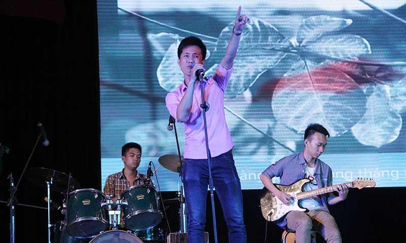 Ca khúc Cây bàng được thể hiện bởi giọng ca đầy nội lực Hoàng Hưng